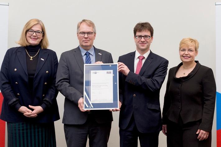 Übergabe der Re-Zertifizierungs-Urkunde für exzellente Ausbildung an der BAM