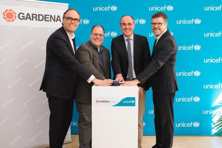 Drücken den blauen Knopf zum Start der Partnerschaft zwischen UNICEF und Gardena (von links): Dr. Jasper Bröker (Leiter Unternehmenspartnerschaften UNICEF Deutschland), Heribert Wettels (Director Public Relations Gardena), Chr | © UNICEF / Stefano Chiolo