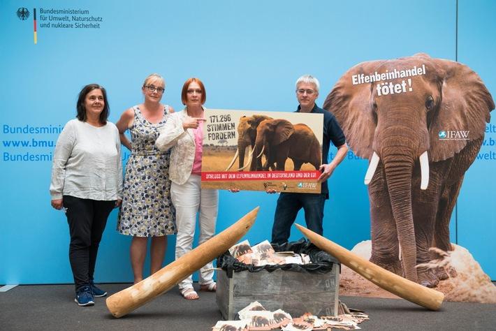 Unterschriftenübergabe im BMU:  Von li.: Marianne Klute (Rettet den Regenwald), Sandra Altherr (Pro Wildlife), Dr. Elsa Nickel (BMU) und Robert Kless (IFAW) copyright: IFAW/U. Steinert