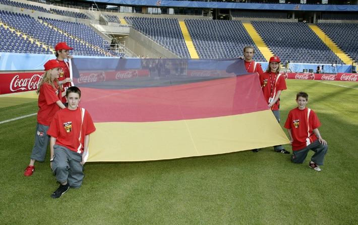 """Das Coca-Cola Flag Team trainiert für den Einsatz beim FIFA Confederations Cup Germany 2005. Die Verwendung dieses Bildes ist für redaktionelle Zwecke honorarfrei. Abdruck bitte unter Quellenangabe: """"obs/Coca-Cola GmbH"""""""