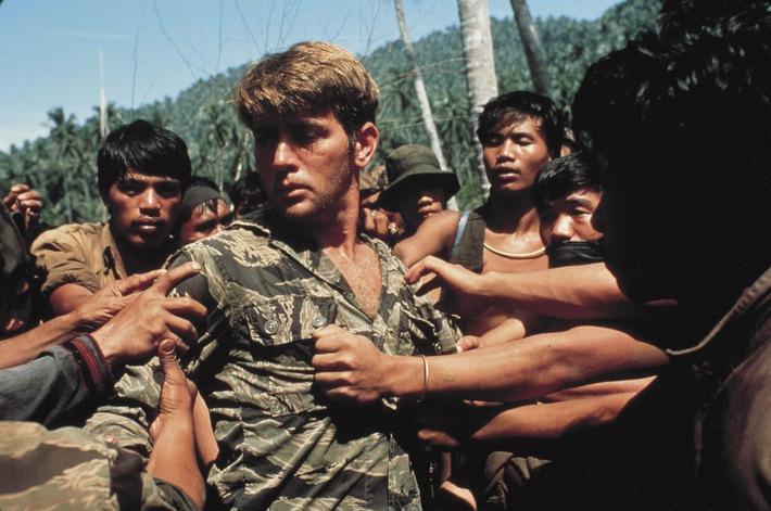 """Director's Cut: Marlon Brando in """"Apocalypse Now Redux"""" bei kabel eins - Captain Willard (Martin Sheen), der in einer tiefen Lebenskrise steckt, erhält während des Vietnam-Kriegs einen gefährlichen Auftrag: Er soll den unkontrollierbar gewordenen und offenbar durchgedrehten Colonel Kurtz (Marlon Brando), der sich tief im kambodschanischen Dschungel verborgen hält, liquidieren. Auf der Bootsfahrt begegnen Willard merkwürdige Menschen - immer tiefer dringt er in die Abgründe menschlicher Existenz ein. In weiteren Rollen: Harrison Ford, Dennis Hopper und Laurence Fishburne ... kabel eins zeigt """"Apocalypse Now Redux"""" am Donnerstag, 30. Dezember 2010, um 22.05 Uhr. Foto: © Miramax Films. Dieses Bild darf honorarfrei bis 2. Januar 2011 fuer redaktionelle Zwecke und nur im Rahmen der Programmankuendigung verwendet werden. Spaetere Veroeffentlichungen sind nur nach Ruecksprache und ausdruecklicher Genehmigung der ProSiebenSat1 TV Deutschland GmbH moeglich. Verwendung nur mit vollstaendigem Copyrightvermerk. Das Foto darf nicht veraendert, bearbeitet und nur im Ganzen verwendet werden. Es darf nicht archiviert werden. Es darf nicht an Dritte weitergeleitet werden. Bei Fragen: 089/9507-1167. Voraussetzung fuer die Verwendung dieser Programmdaten ist die Zustimmung zu den Allgemeinen Geschaeftsbedingungen der Presselounges der Sender der ProSiebenSat.1 Media AG."""