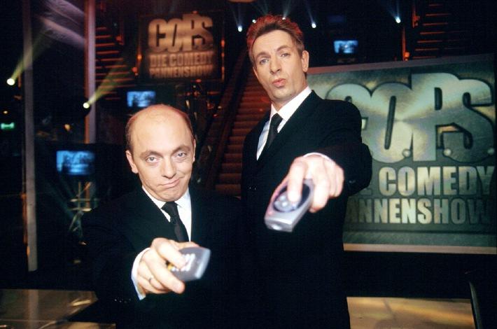 """C.O.P.S.- Die Comedy Pannenshow. Ingolf Lück (r.) und Bernhard Höecker (l.) präsentieren am 24.05.2001 um 19:00 in SAT.1 die besten Pannen und skurrilsten Ausschnitte aus den alltäglichen TV-Programmen. Doch es bleibt natürlich nicht bei der blossen Präsentation. Die """"C.O.P.S."""" kommentieren die Fundstücke und teilen gern Seitenhiebe aus. In besonderen Fällen gibt es auch mal Strafzettel, Bussgelder oder noch strengere Massnahmen. Foto: SAT.1/Werner. Abdruck honorarfrei nur in Verbindung mit SAT.1-Sendetermin."""