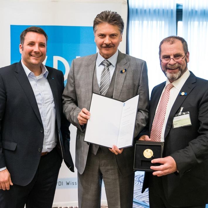 VDI-FVT ehrt Rodolfo Schöneburg mit höchster Auszeichnung (v.l.n.r.: Christof Kerkhoff, Rodolfo Schöneburg, Christoph Huß; Bild: VDI).
