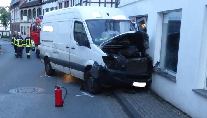POL-DN: Gegen Hauswand gefahren - Fahrer schwer verletzt