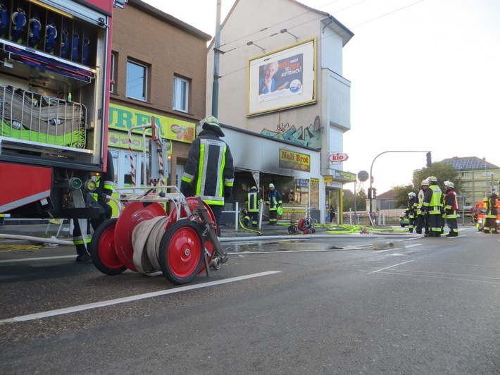 Das Ladenlokal ist durch das Feuer komplett zerstört, Brandbekämpfung im Innenangriff.  Foto: Feuerwehr Essen