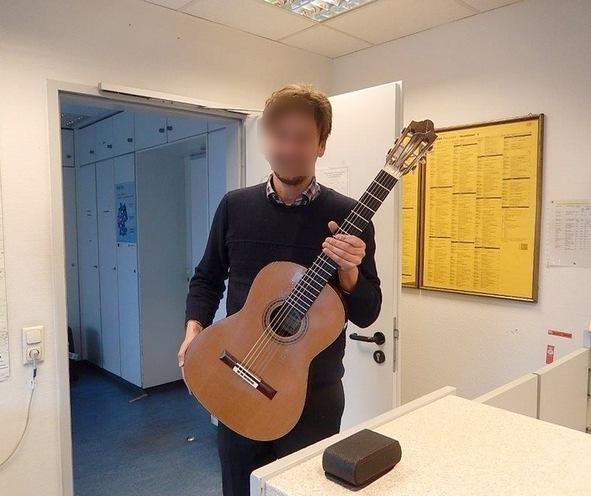Bundespolizisten stellen hochwertige Gitarre sicher. Übergabe an Besitzer. Foto Bundespolizei