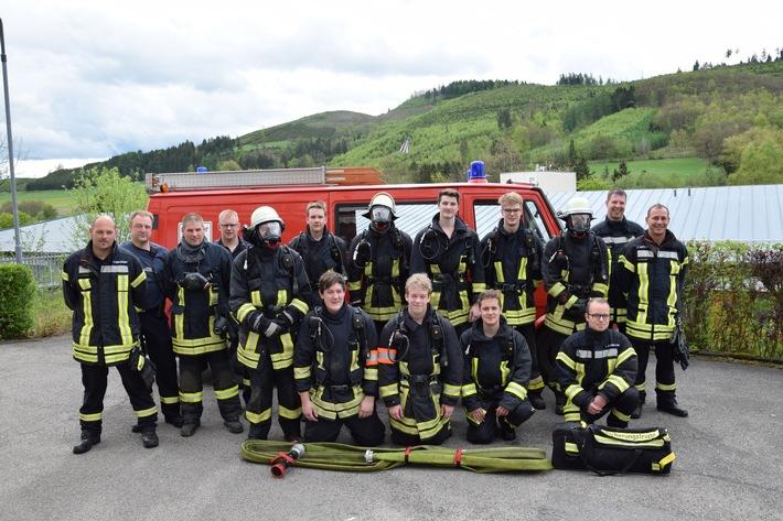8 neue Atemschutzgeräteträger, hier zusammen mit den Ausbildern, wurden bei der Feuerwehr Lennestadt ausgebildet. Foto: Christopher Hendrichs