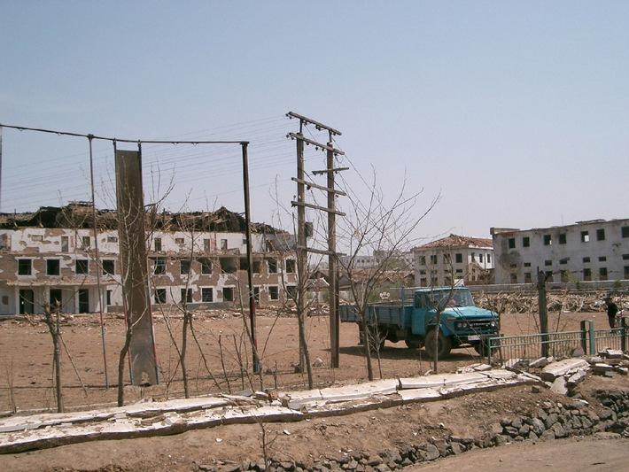 """Zerstörte Grundschule: Wie diese Grundschule sind rund 40 % aller Häuser in Ryongchon zerstört. Die Verwendung dieses Bildes ist für redaktionelle Zwecke honorarfrei. Abdruck bitte unter Quellenangabe: """"obs/ Deutsche Welthungerhilfe """""""