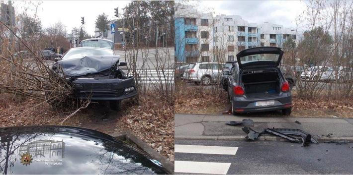 Bei dem Unfall in der Trippstadter Straße wurden beide Fahrzeuge so stark beschädigt, dass sie abgeschleppt werden mussten. Im Bild: Der VW Polo landete nach der Kollision in der Hecke neben der Fahrbahn.