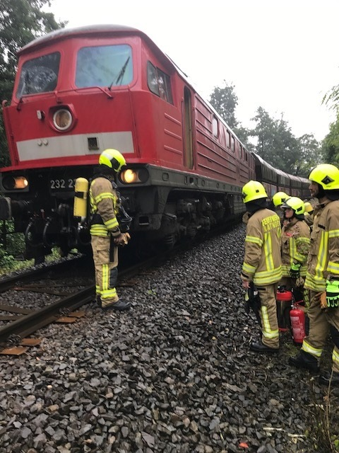 FW Ratingen: Qualmende Diesellok