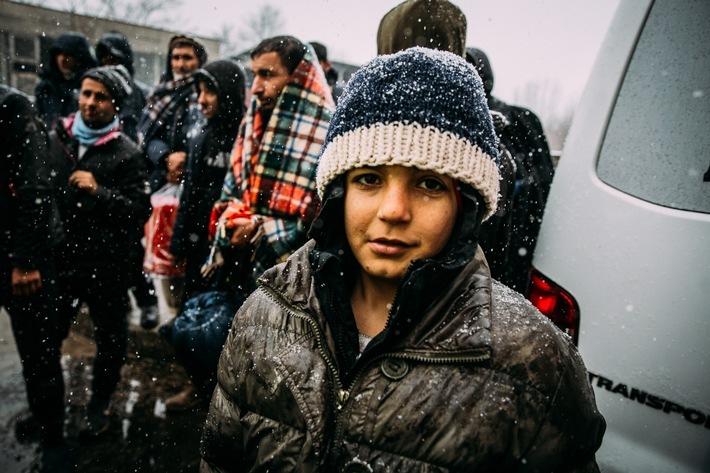 """Erstmals leisten die Hilfsorganisationen action medeor und Help - Hilfe zur Selbsthilfe gemeinsam Nothilfe für die geflüchteten Menschen in Bosnien und Herzegowina. Auch der langjährige Partner von Help, NAK-karitativ, das Hilfswerk der Neuapostolischen Kirchen Deutschlands, unterstützt das Hilfsprojekt. Heute starten die drei Organisationen die gemeinsame Winterhilfe und verteilen warme und regenfeste Stiefel, Schlafsäcke, Hygienepakete und Salben gegen Hautkrankheiten. Die Situation ist dramatisch: Bei Minusgraden harren die Menschen im Freien aus, ohne Winterkleidung, entsprechende Schuhe und medizinische Versorgung. Hilfsorganisationen starten gemeinsame Winterhilfe / action medeor, Help und NAK-karitativ verteilen Hilfsgüter in Lipa.kostenlose redaktionelle NutzungCopyright Alea HorstJanuar 2021 / Weiterer Text über ots und www.presseportal.de/nr/15739 / Die Verwendung dieses Bildes ist für redaktionelle Zwecke honorarfrei. Veröffentlichung bitte unter Quellenangabe: """"obs/Help - Hilfe zur Selbsthilfe e.V./Alea Horst"""""""