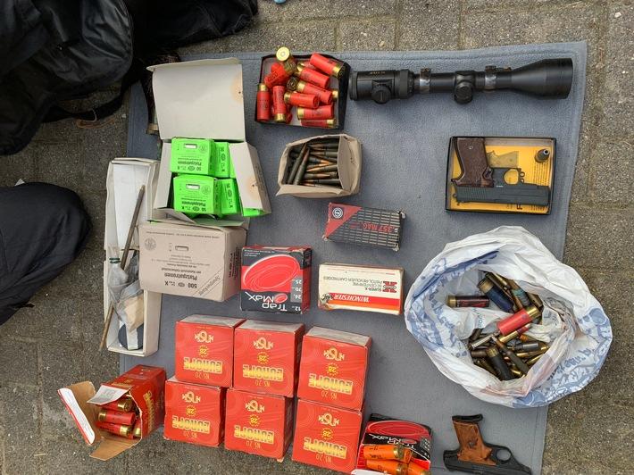 Ebenfalls sichergestellt: Munition, Schreckschusswaffen und ein Zielfernrohr. Quelle: LKA SH