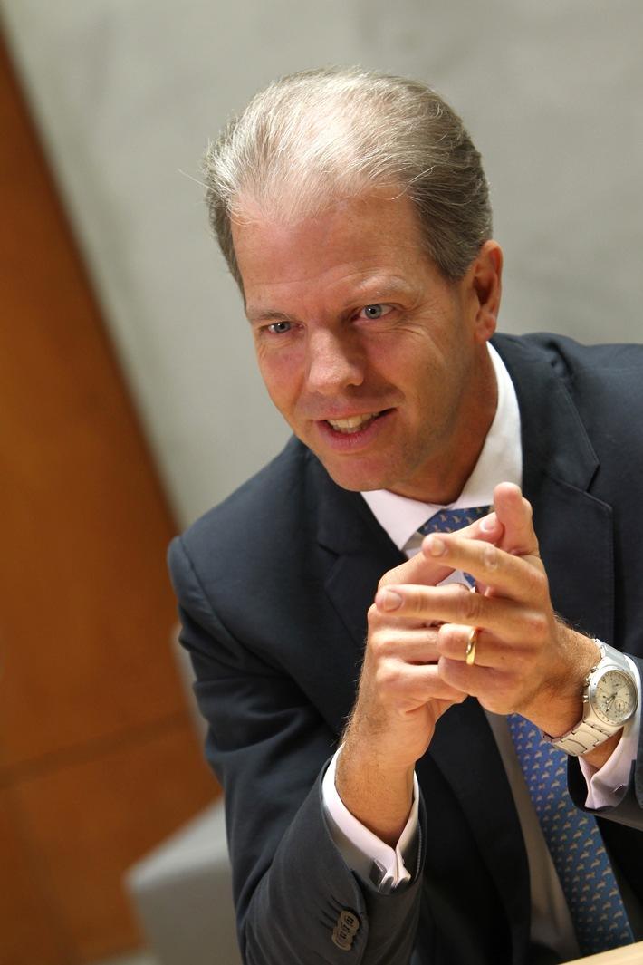 Henrik Naujoks neuer Leiter der Praxisgruppe Banken und Versicherungen in EMEA