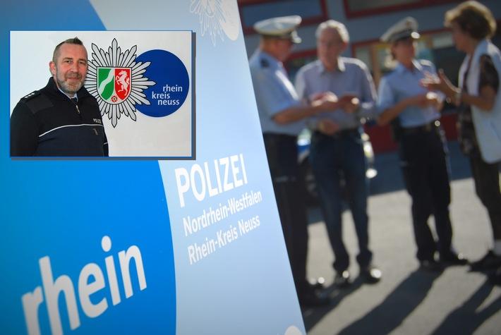 Die Mobile Wache der Polizei besucht, zusammen mit dem Bezirksdienstbeamten Stephan Bily, Hackenbroich.