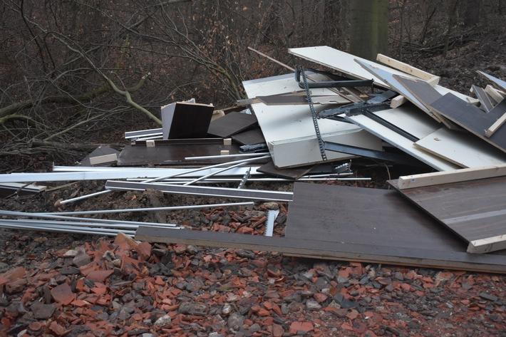 Abgelagerte Sperholzplatten und Metalschienen