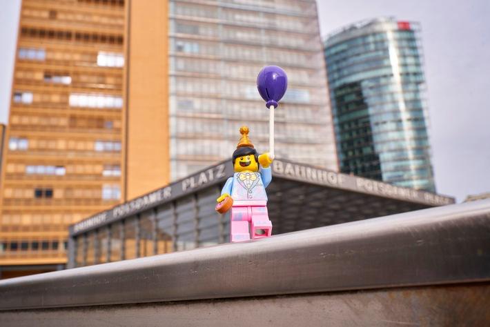 """Die LEGO Gruppe feiert den 40. Geburtstag der LEGO Minifigur / Kleine Figur, große Geschichte. Weiterer Text über ots und www.presseportal.de/nr/65052 / Die Verwendung dieses Bildes ist für redaktionelle Zwecke honorarfrei. Veröffentlichung bitte unter Quellenangabe: """"obs/LEGO GmbH/©The LEGO Group"""""""