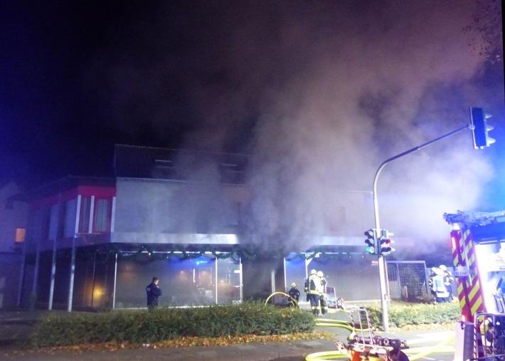 Als die Rettungskräfte am Brandort ankamen quoll schon dichter Rauch aus dem Gebäude. Foto: Polizei Minden-Lübbecke