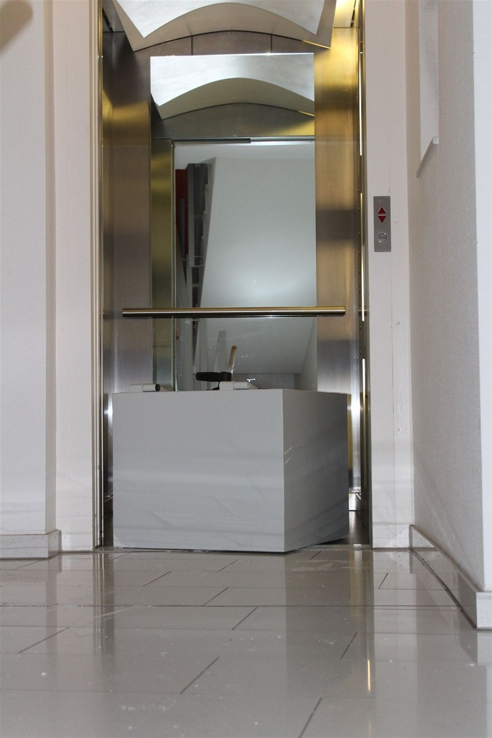 POL-HA: Einbrecher schleppten Tresor zum Fahrstuhl