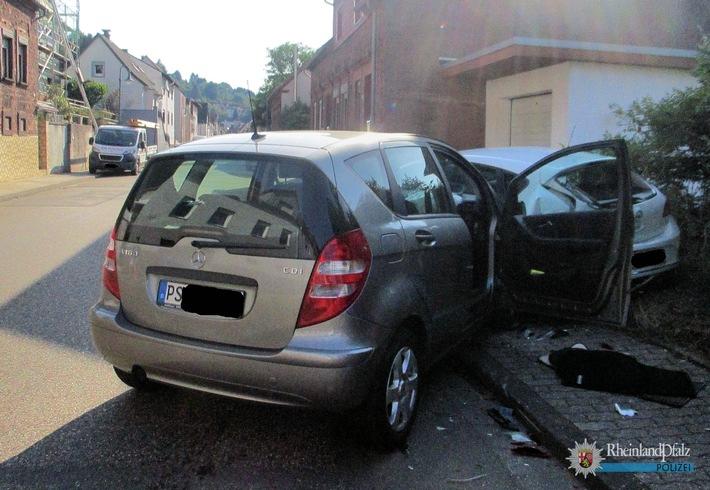 Der Mercedes-Fahrer war zu weit rechts gefahren und auf den parkenden Pkw gekracht. Beide Fahrzeuge wurden herumgeschleudert.