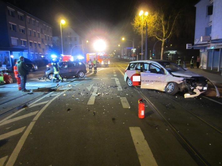 Der Brandschutz wurde sichergestellt, sowie auslaufende Betriebsstoffe aufgefangen und der Kreuzungsbereich für die Unfallaufnahme der Polizei ausgeleuchtet.