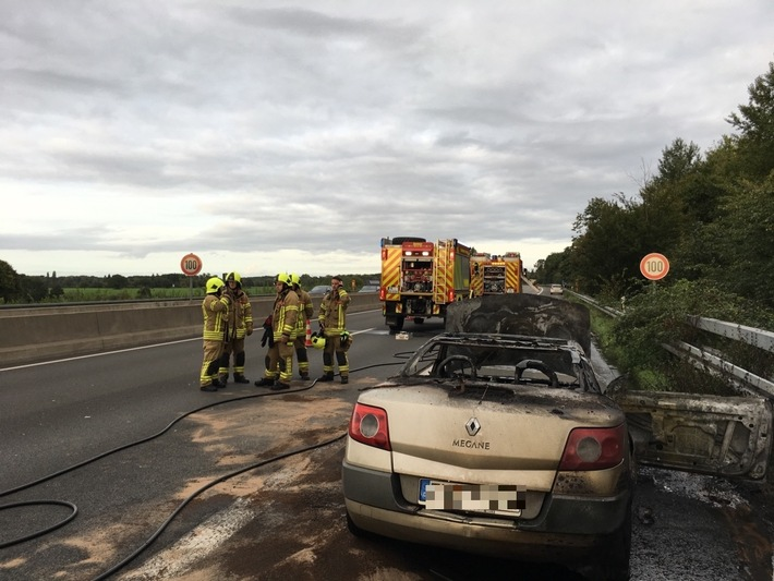 FW Ratingen: PKW brennt auf Autobahn - Schwerer Folgeunfall