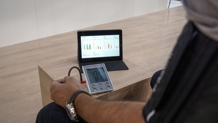 Medizinische Geräte senden Vitaldaten zur Vorsorge und Regeluntersuchung per Mobilfunk an den Arzt.