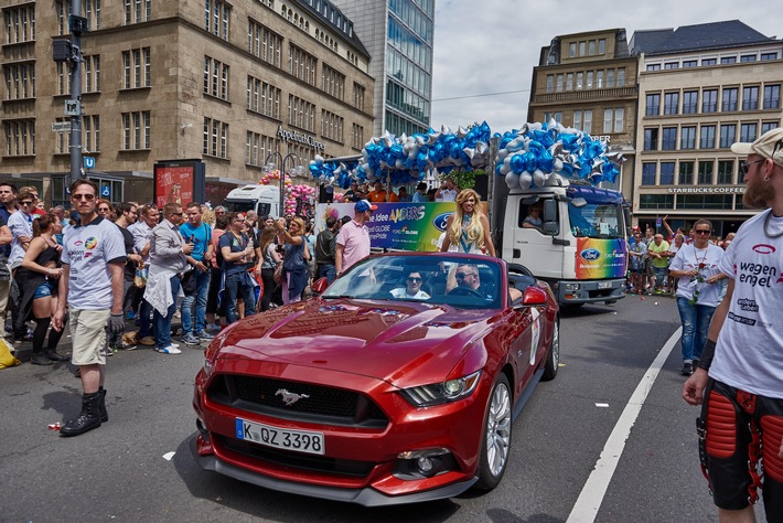 Ford Mustang im Christopher Street Day