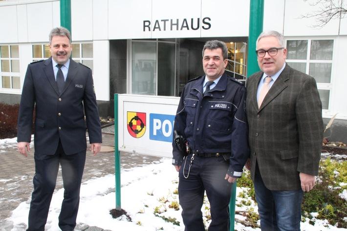 PHK Achim Bücker vor dem Olsberger Rathaus. Eingerahmt von Bürgermeister Wolfgang Fischer und EPHK Aloys Steinrücken