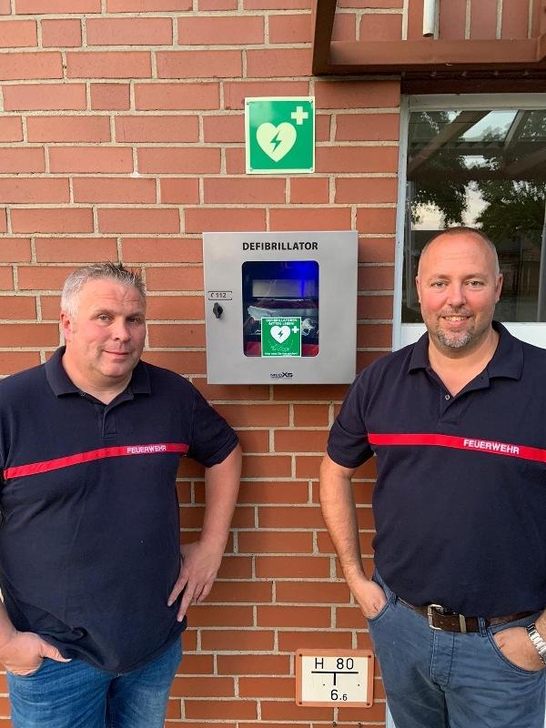 FW Flotwedel: Ortsfeuerwehr Bröckel leistet Beitrag zum Bevölkerungsschutz / Defibrillator am Feuerwehrhaus montiert