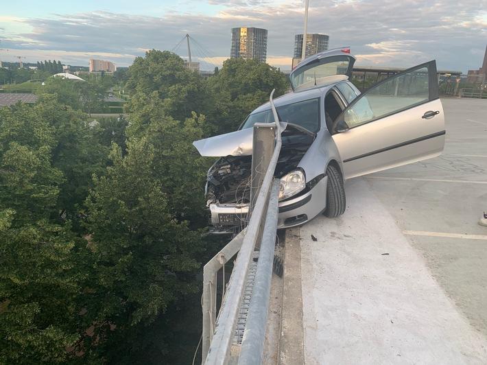 POL-WOB: 28.06.2020, 05:30 Uhr Fahrzeugdrift endet im Geländer