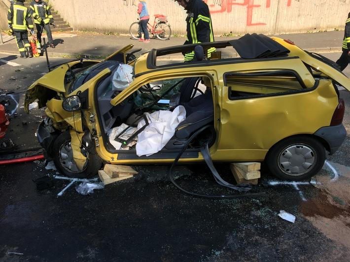 FW Mettmann: Verkehrsunfall mit eingeklemmter Person