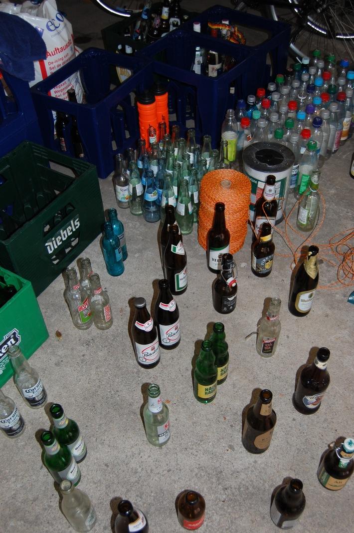 Ein Teil des asservierten Diebesgutes; eine Menge Flaschen und Leergutkisten.