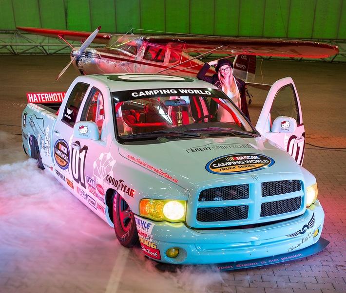 Ein Showcar ist dieser Dodge RAM, den Model Franzi bewundert. Der Nascar-Truck aus dem Baujahr 2003 hat 349 PS und einen 5.7-Liter-V8-Hemi-Motor. Dank seines Luftfahrwerks kann er komplett auf dem Boden aufliegen. Für 31.900 Euro sucht er zurzeit einen neuen Besitzer. Dieses und weitere sportliche Fahrzeuge erwarten Besucher und Fans auf dem PS-Festival Essen Motor Show vom 1. bis zum 9. Dezember (30. November: Preview Day) in der Messe Essen. ---22-10-2018/Essen/GermanyFoto:Rainer Schimm/©MESSE ESSEN GmbH---Zulässige Nutzung:  Der Nutzer erhält an dem Bild ein einfaches Nutzungsrecht, ausschließlich für eine redaktionelle, journalistische Berichterstattung - in Online- und Printmedien, Film und TV über die MESSE ESSEN, eine Veranstaltung der MESSE ESSEN oder eine auf dem Messegelände der MESSE ESSEN stattfindenden Veranstaltung. Die Nutzung des Bildmaterials ist für die berichtenden Medien mit Urhebervermerk und Beleg ist honorarfrei gestattet. Der Nutzer verpflichtet sich dazu, die dem Bild zugeordneten Informationen, insbesondere Bildbeschreibung und Fotograf, bei der Nutzung in korrekter Weise zu verwenden und zu veröffentlichen. Jede andere Nutzung bedarf der Zustimmung durch die Messe Essen GmbH. Die Messe Essen haftet nicht für Verletzung von Rechten abgebildeter Personen und/oder Objekten. Es werden durch die Messe Essen keine Persönlichkeits-, Eigentums-, Kunst-, Marken- oder ähnliche Rechte eingeräumt, die Einholung der o.g. Rechte obliegt allein dem Nutzer. Der Verkauf und die Weitergabe der Bilddatei an Dritte sowie das nicht-autorisierte Kopieren oder sonstige Vervielfältigen dieser Bilddatei auf alle Arten von Datenträgern ist nicht gestattet. Weiterer Text über ots und www.presseportal.de/nr/50637