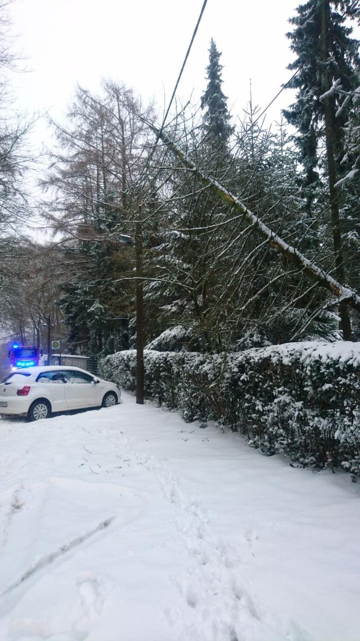 Ein Baum konnte die starke Schneelast nicht mehr tragen und fiel in Obersprockhövel auf eine Oberleitung. Der geparkte Pkw blieb unbeschädigt.