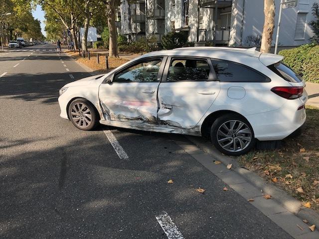Unfallbeschädigter PKW, Worms Von-Steuben-Straße