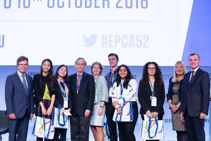 """Spannende Wortgefechte rund um Nachhaltigkeit und Wissenschaft beim Finale des Europäischen Jugend-Debattierwettbewerbs / Krönender Abschluss in Wien: 30 Jugendliche aus neun EU-Ländern nahmen am 8. Oktober am großen Europafinale des Europäischen Jugend-Debattierwettbewerbs (EYDC) 2018 von EPCA und PlasticsEurope teil. Foto v.l.n.r., unter anderem mit den fünf Erstplatzierten der EYDC 2018: Karl-H. Foerster, Executive Director PlasticsEurope, Matsuko Sano (Platz 1), Jiawei Zhang, Frankreich (5), Prof. Steven Chu, Physik-Nobelpreisträger 1997, Caroline Ciuciu, CEO EPCA, Leon Zrnic (4), Huda Daghem, Großbritannien (2), Giulia Dargenio, Italien (3), Nadine Dereza, Moderatorin, Marc Schuller, Präsident EPCA und Executive Vice President von Arkema France. Weiterer Text über ots und www.presseportal.de/nr/57333 / Die Verwendung dieses Bildes ist für redaktionelle Zwecke honorarfrei. Veröffentlichung bitte unter Quellenangabe: """"obs/PlasticsEurope Deutschland e.V./Olivier Pirard"""""""