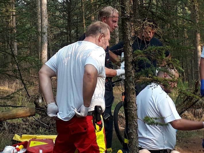 Foto: Feuerwehr Dorsten. Schweißtreibender Rettungseinsatz bei sommerlichen Temperaturen.