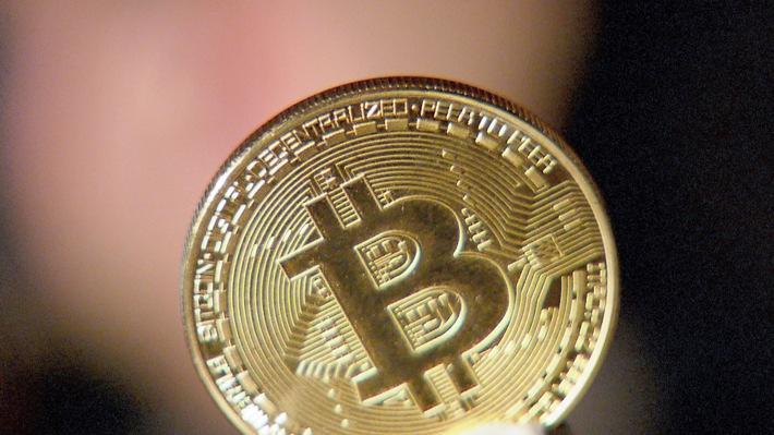 """Die bekannteste Kryptowährung Bitcoin stieg 2017 von nicht einmal 1000 Euro auf fast 17.000 Euro. Weiterer Text über ots und www.presseportal.de/nr/6348 / Die Verwendung dieses Bildes ist für redaktionelle Zwecke honorarfrei. Veröffentlichung bitte unter Quellenangabe: """"obs/3sat/ZDF/ORF"""""""