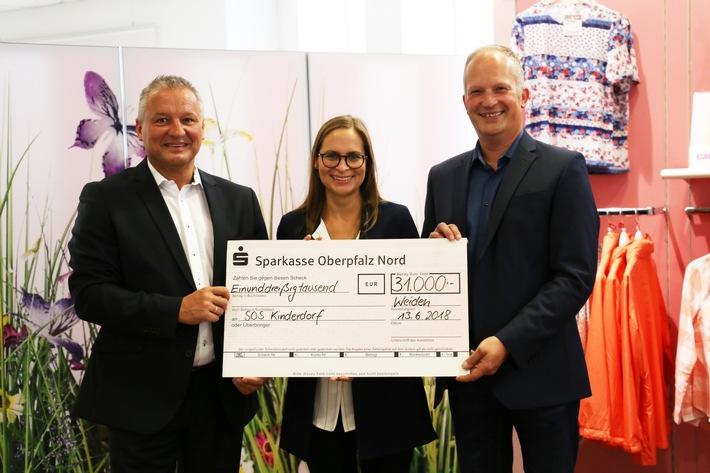Markus Enders, Vertriebsleiter WITT WEIDEN (li.), und Thomas Guttenberger, Leiter Kundenbetreuung Witt-Gruppe, bei der Übergabe des Schecks an  Tanja Korn von SOS-Kinderdorf e.V.