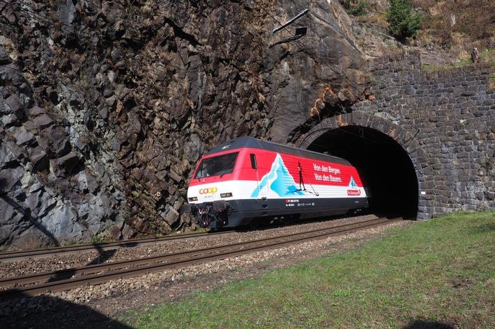 """Coop manda una locomotiva delle FFS in viaggio per un anno attraverso la Svizzera / Pro Montagna festeggia il decimo anniversario / Testo complementare con ots e su www.presseportal.ch/fr/nr/100010551?langid=4 /  L' utilizzo di quest'immagine è gratuito per scopi redazionali. Pubblicazione sotto indicazione di fonte: """"obs/Coop Genossenschaft"""""""