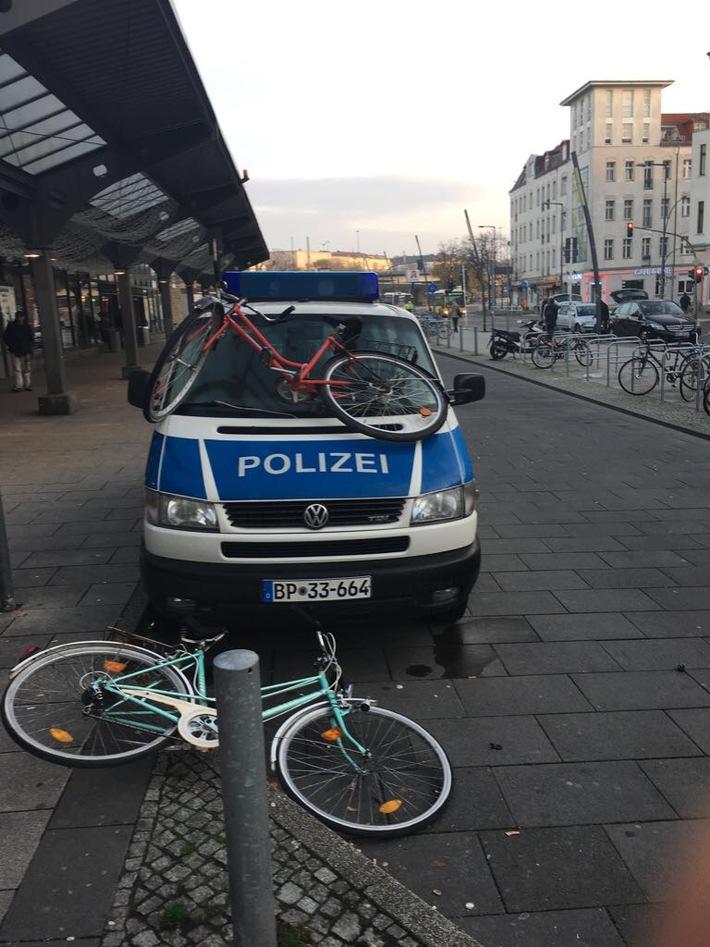 Diese Bild bot sich Bundespolizisten heute Morgen, als sie gerade von einem Einsatz nach Lichtenberg zurück kehrten: Jugendliche hatten Fahrräder auf ein Einsatzfahrzeug geworfen und es dabei beschädigt.