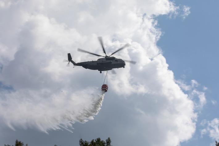 Archivbild: Holzdorfer Transporthubschrauber CH-53 bekmpft einen Waldbrand bei seinen Lschanflgen mit jeweils 5.000 Litern Wasser aus dem Wasserbehlter Smokey.
