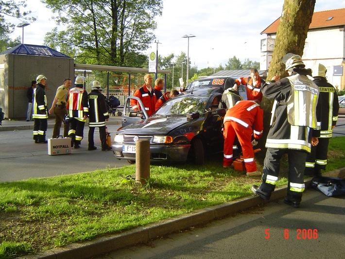 FW-E: Fahrzeug fuhr gegen einen Baum