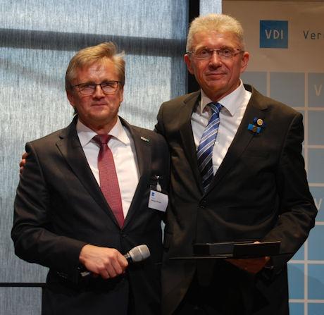 Der VDI ehrt renommierte Fachleute: rechts im Bild,  Prof Uwe Franzke, links, Andreas Wokittel, Vorsitzender GBG (Bild: VDI)