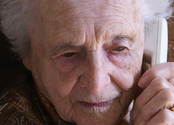 POL-CUX: Falscher Kriminalbeamter bringt Seniorin um Erspartes