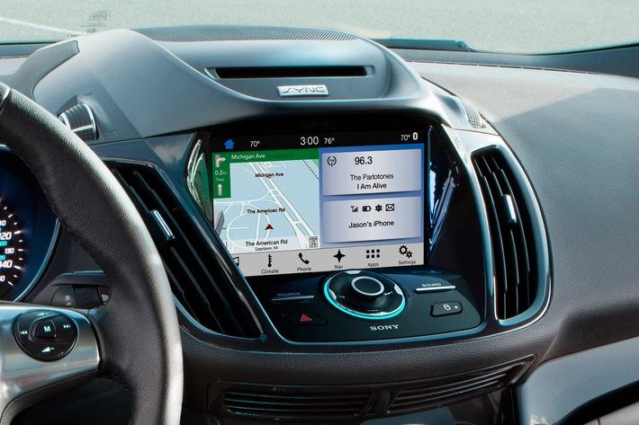 """Ford führt im Sommer das neue Kommunikations- und Entertainmentsystem Ford SYNC 3 mit AppLink und Touchscreen in Europa ein. Damit können Autofahrer ihr angeschlossenes Smartphone sowie Audio-, Navigations- und Klimatisierungsfunktionen ganz einfach per Sprachbefehl steuern. Ford SYNC 3 verfügt über einen neu gestalteten 8-Zoll-Touchscreen und hat im Vergleich zur Vorgängerversion Ford SYNC 2 eine bis zu zehnfach bessere Systemleistung. Für die Suche nach Cafés, Tankstellen oder etwa Parkplätzen müssen Autofahrer künftig nur noch einen Knopf drücken und einfache Befehle wie """"ich will einen Kaffee"""", """"ich benötige Benzin"""" oder """"ich muss parken"""" formulieren. Das System findet auch Flughäfen, Bahnhöfe und Hotels und führt den Fahrer unter Verwendung des bordeigenen optionalen Navigationssystems sicher ans Ziel. Zudem lassen sich in Verbindung mit der Ford AppLink-Technologie während der Fahrt zahlreiche Smartphone-Apps mittels Sprachbefehl nutzen. Weiterer Text über ots und www.presseportal.de/nr/6955 / Die Verwendung dieses Bildes ist für redaktionelle Zwecke honorarfrei. Veröffentlichung bitte unter Quellenangabe: """"obs/Ford-Werke GmbH"""""""