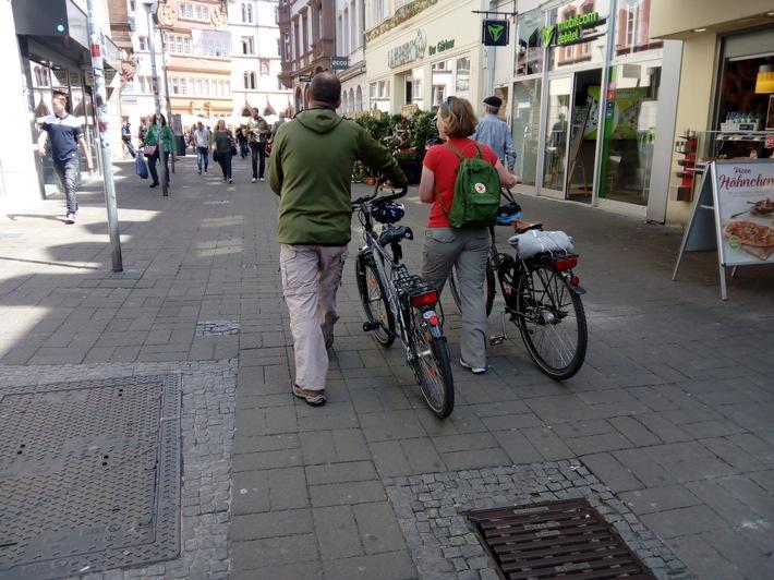 Dieses Paar verhält sich vorbildlich und schiebt seine Fahrräder durch die Trierer Fußgängerzone