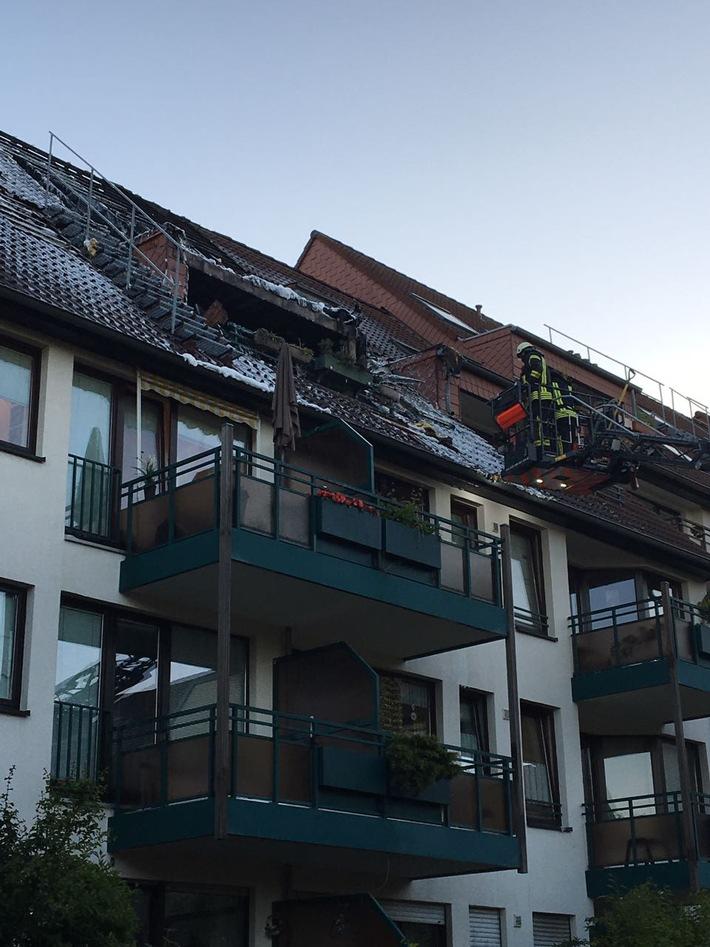 FW-GL: Dachstuhlbrand in Mehrfamilienhaus im Stadtteil Refrath von Bergisch Gladbach