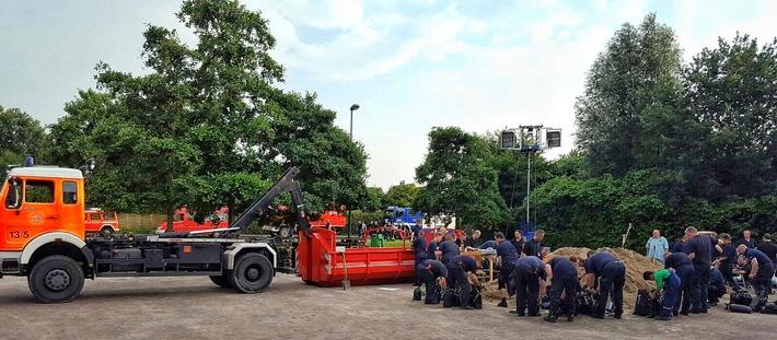 Sandsäcke müssen zum Teil per Hand gefüllt werden. Sie wetden dringend benötigt. Foto: Feuerwehr Essen