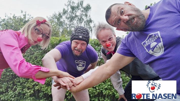 """ROTE NASEN Clowns auf Tuchfühlung mit Rugby-Spielern der Berlin Bruiser. Weiterer Text über ots und www.presseportal.de/nr/116383 / Die Verwendung dieses Bildes ist für redaktionelle Zwecke honorarfrei. Veröffentlichung bitte unter Quellenangabe: """"obs/ROTE NASEN/Annika Seiffert"""""""